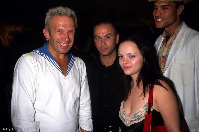 Nem derül ki ennek a fotónak a pontos dátuma sem, de az biztos, hogy Christina Ricci színésznő látható rajta Jean-Paul Gaultier mellett.