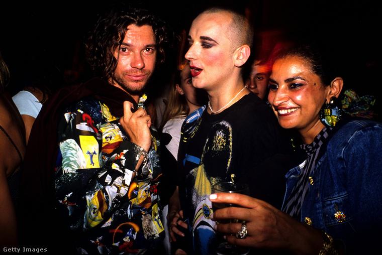 Van további kép Michael Hutcence-ről és Boy George-ról, akik ezek szerint előszeretettel múlatták az időt Gaultier rendezvényein.