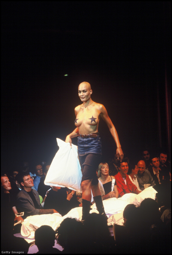 Ez a modell az 1993-as tavasz-nyári férfikollekció (!) bemutatóján tűnt fel