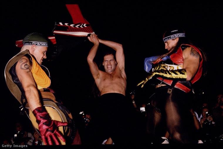A Red Hot Chili Peppers tagjai is felmentek a kifutóra ökörködni egyet.
