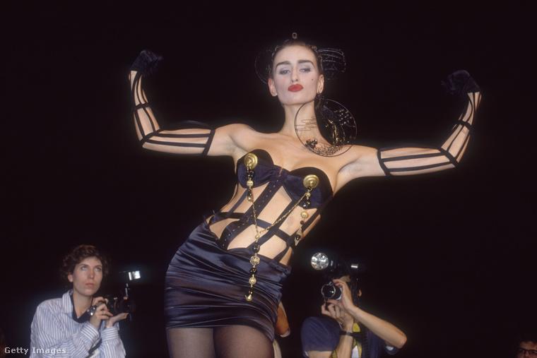 Ez egy fotó Gaultier 1989-es tavasz-nyári kollekciójáról