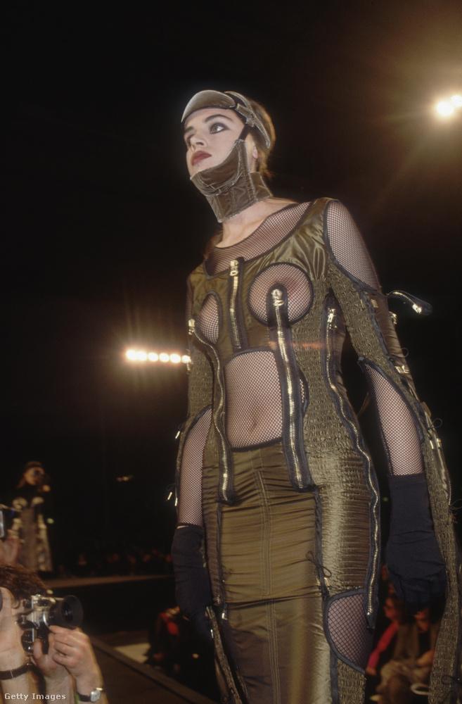 Ez a kép 1989 elején készülhetett, mivel ez a modell az 1989-90-es ősz-téli Gaultier-kollekcióból való