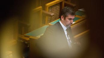 Hadházy Ákos feljelentést tenne, miután fideszes képviselők rángatták a parlamentben