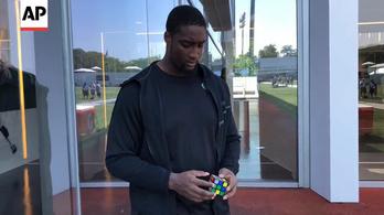 135 kilós NFL-es a Rubik-kocka első profi sportoló nagykövete
