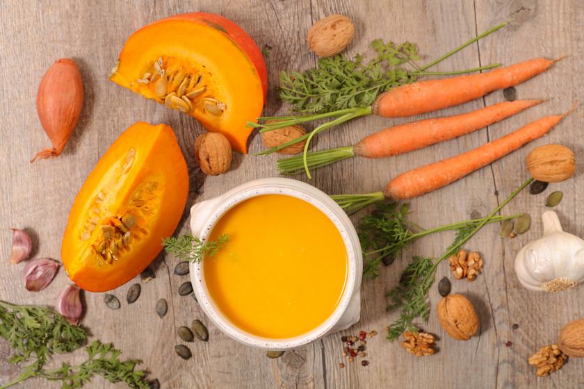 A legegyszerűbb, ha a sütőtökből kellemesen fűszeres, krémes levest főzöl. Hideg őszi napok nagy kedvence, ami a testet és a lelket is melengeti. Gyömbérrel, répával minden igényt kielégít.
