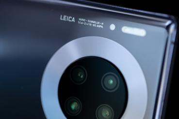 A lencséket most is a Leica szállította nekik, és a hátlapon a korábbi három kamera mellé került még egy negyedik TOF-szenzor, a más gyártóknál is elterjedt Time Of Flight mélységérzékelő kamera, amelynél nem a megapixeleket számolgatják, hanem a távolság érzékelésében segít.
