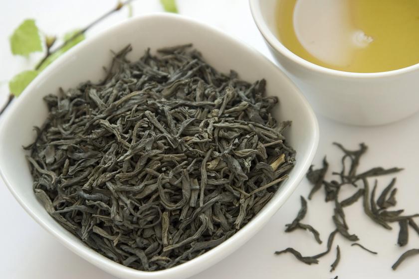 A nyugtató zöld tea bizonyítottan zsírégető hatással bír. Jótékony tulajdonságát meg lehet sokszorozni, hogyha valaki a rendszeres teafogyasztás mellett edzéseket is bevezet. Nem forrásban levő, maximum 80°C-os vízzel érdemes elkészíteni, körülbelül 1-3 percig kell áztatni.