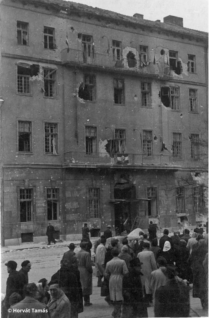 A Köztársaság téri pártház ostroma után, a kilőtt pártszékház fellobogózva.