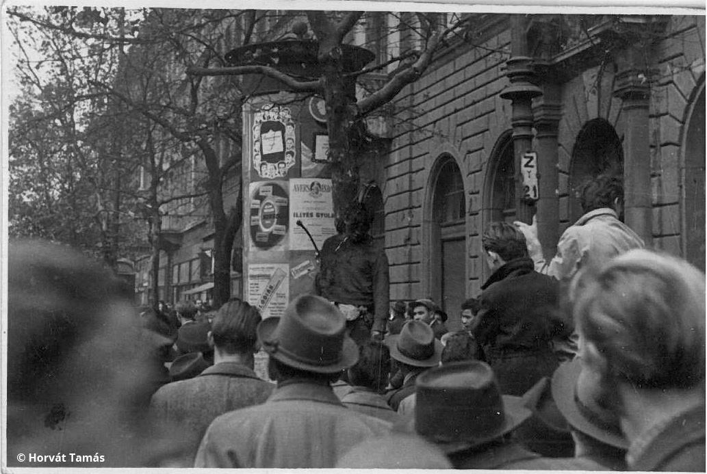 Tóth Ferenc ÁVH-százados felakasztott holtteste egy körúti fán. Miután felismerték, az államvédelmi tiszt a VI. kerületi nemzetőrségre menekült be, ahonnan a tömeg követelésére kiadták. Az önbíráskodás miatt a megtorlás során három embert végeztek ki.