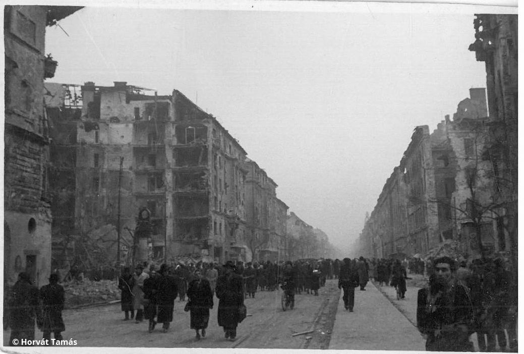 Utolsó kocka: vereség után, rommá lőtt házak közt baktató tömeg. 1956, Budapest.
