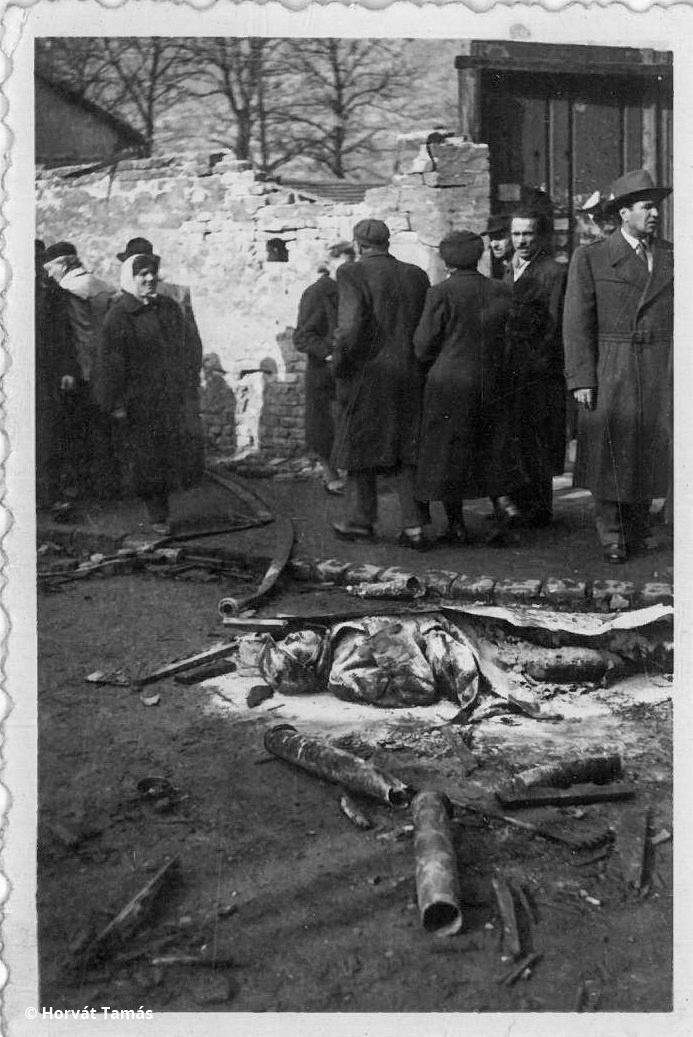 Szovjet katona mésszel leöntött holtteste és járókelők, a Ferenc- vagy Józsefvárosban lehetünk.