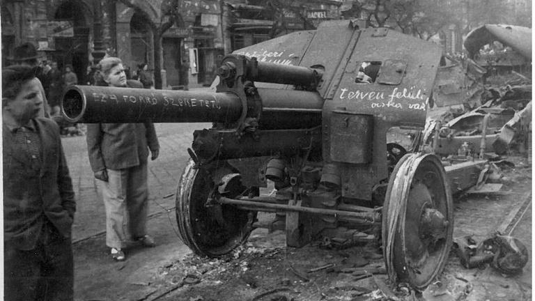 Szekrénybe rejtett képek: ismeretlen fotók a forradalmi Budapestről