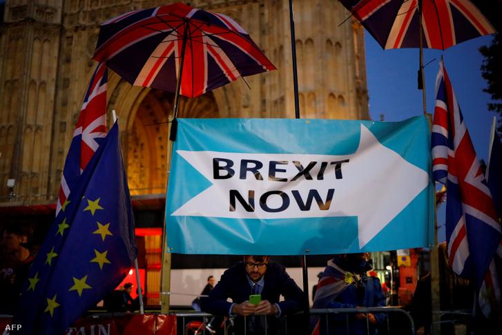 Zászlók és transzparensek a brit parlament előtt 2019. október 22-én.