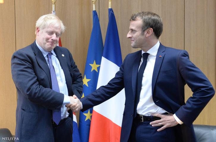 Boris Johnson brit miniszterelnök (b) és Emmanuel Macron francia elnök az Európai Unió brüsszeli csúcstalálkozójának első napján 2019. október 17-én.