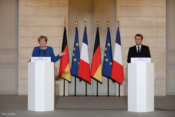 Angela Merkel német kancellár és Emmanuel Macron francia államfő sajtótájékoztatót tart a párizsi államfői rezidencián, az Elysée-palotában 2019. október 13-án.