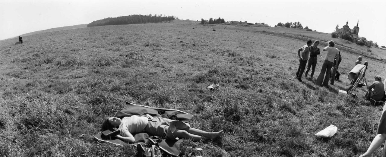 Talán Azerbajdzsánban. A Fedőneve: Lukács című film forgatásához készült helyszínfotó,1976.A spanyolországi polgárháborúban meghalt, kommunista hősként ünnepelt Zalka Máté író, tábornok életéről szóló magyar-szovjet koprodukciós filmet a görög származású Manosz Zahariasz rendezte. Kozák András játszotta Zalkát, a szovjet szereplők mellett feltűnt Bessenyei Ferenc és Bujtor István is. A spanyolországi hegyeket az azerbajdzsáni Bakutól nem messze találták meg, előtte a Krímben, Belogorszk vidékén forgattak. A filmben Budapest is felbukkant, a józsefvárosi Práter utca és a Bókay János utca környéke volt a polgárháborús Madrid (pár évvel korábban errefelé filmezte Sándor Pál az Illés együttes egyik tévéklipjét is, erről itt írtunk).
