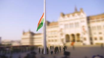 Felvonták a makett-zászlót a makett-katonák a makett Kossuth téren