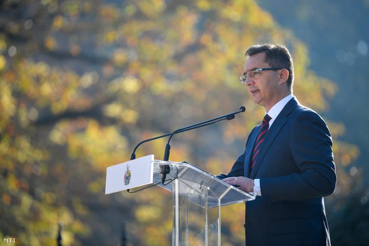 Papp László (Fidesz-KDNP) polgármester beszédet mond az 1956-os forradalom és szabadságharc 63. évfordulója alkalmából tartott megemlékezésen a Debrecenben