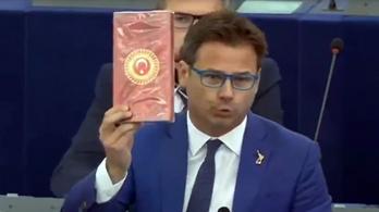 Bonbonos dobozt hajigált Salvini EP-képviselője a Törökországról szóló vitán