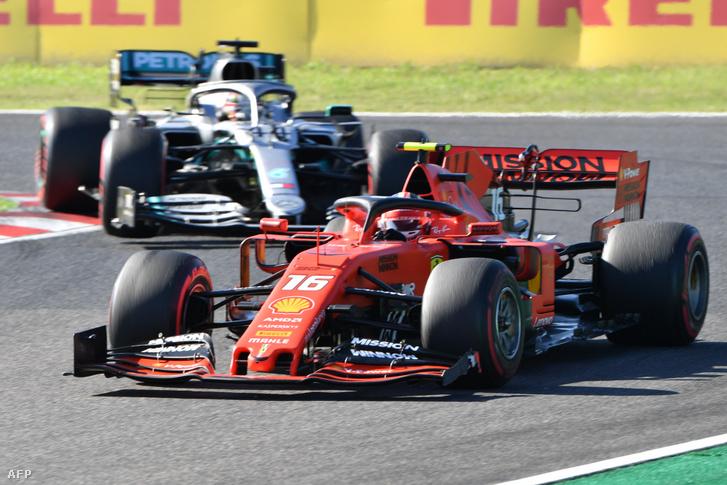 Charles Leclerc-t (Ferrari) üldözi Lewis Hamilton a Japán Nagydíjon