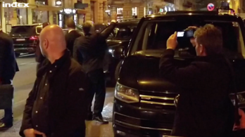 Orbán kedvesen visszaintegetett a Zeneakadémia előtt kiabáló embereknek