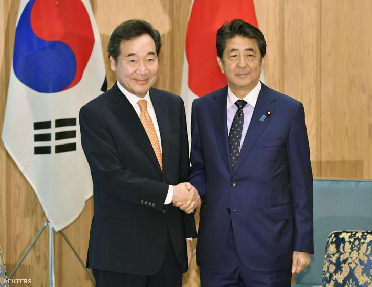 Abe Sindzó (jobbra) és Ri Nak Jon találkozója Tokióban