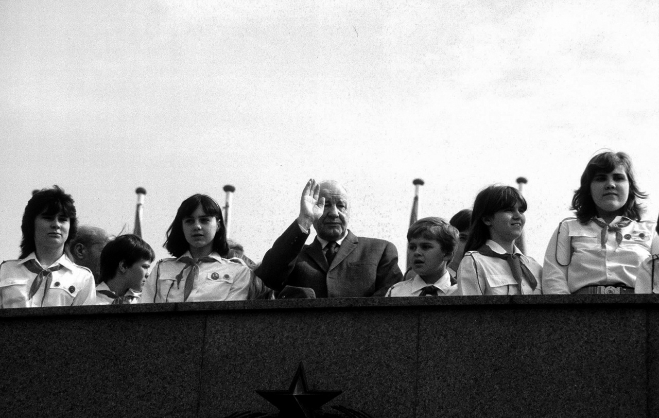 """""""Sokan mondják, hogy a fénykép objektív, és hogy azzal nem lehet állást foglalni. Nagyon is lehet vele állást foglalni, igenis lehet politizálni a fényképpel, és szerintem ez a riporternek feladata is.""""Kádár János integet a felvonulóknak 1980. május 1-én."""