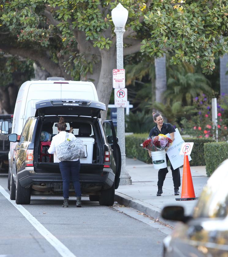 A színésznőt Kaliforniában fotózták le a minap, amikor is úgy tett, mintha a parkolni tilos tábla viccet mesélt volna neki.