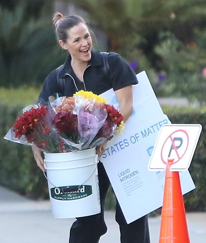 Kacagott is egy nagyot, aztán felnyalábolt egy hatalmas, virágokkal teli vödröt, és sok más egyébbel együtt bepakolta a kocsijába, ami történetesen éppen a tiltást jelző tábla mellett parkolt.
