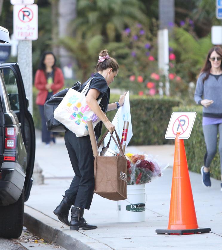 A színésznőnek jó pár dolgot be kellett zsúfolnia a csomagtartójába, de szerencsére volt segítsége.