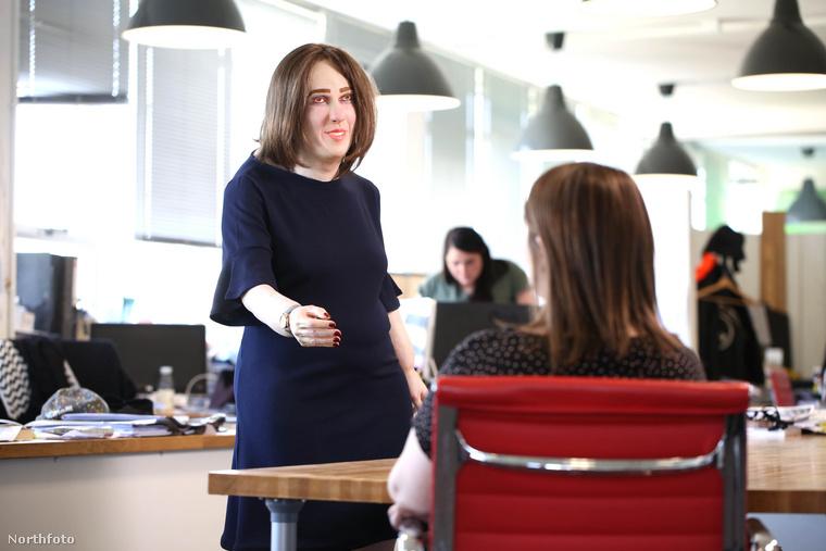 Angliában ugyanis nagyon egészségrombolónak tartják az irodai, számítógép előtt végzett munkát, ami rengeteg betegséghez, rendellenességhez vezethet, ezt kívánja prezentálni Emma