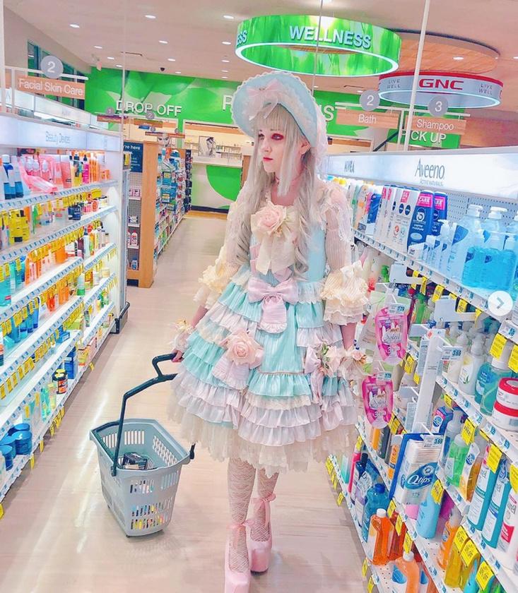 Katie még a boltba is ilyen pompában fárad le, ami egyrészt érthető, hiszen egy ilyen ruha 90 és közel 700 ezer forint között szerezhető be, ennyi pénzért pedig vétek lenne, ha a szekrényben porosodnának.