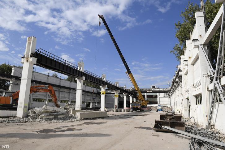 Fejlesztési terület a Hungexpo revitalizációs fejlesztésének alapkőletétele után a Hungexpo G pavilonja mellett 2019. szeptember 30-án. A Hungexpón 2021-ig nettó 55 milliárd forintból felújítják és korszerűsítik a meglévő pavilonokat, két új kiállítási csarnokot, új fogadóépületet és egy kongresszusi központot is építenek.