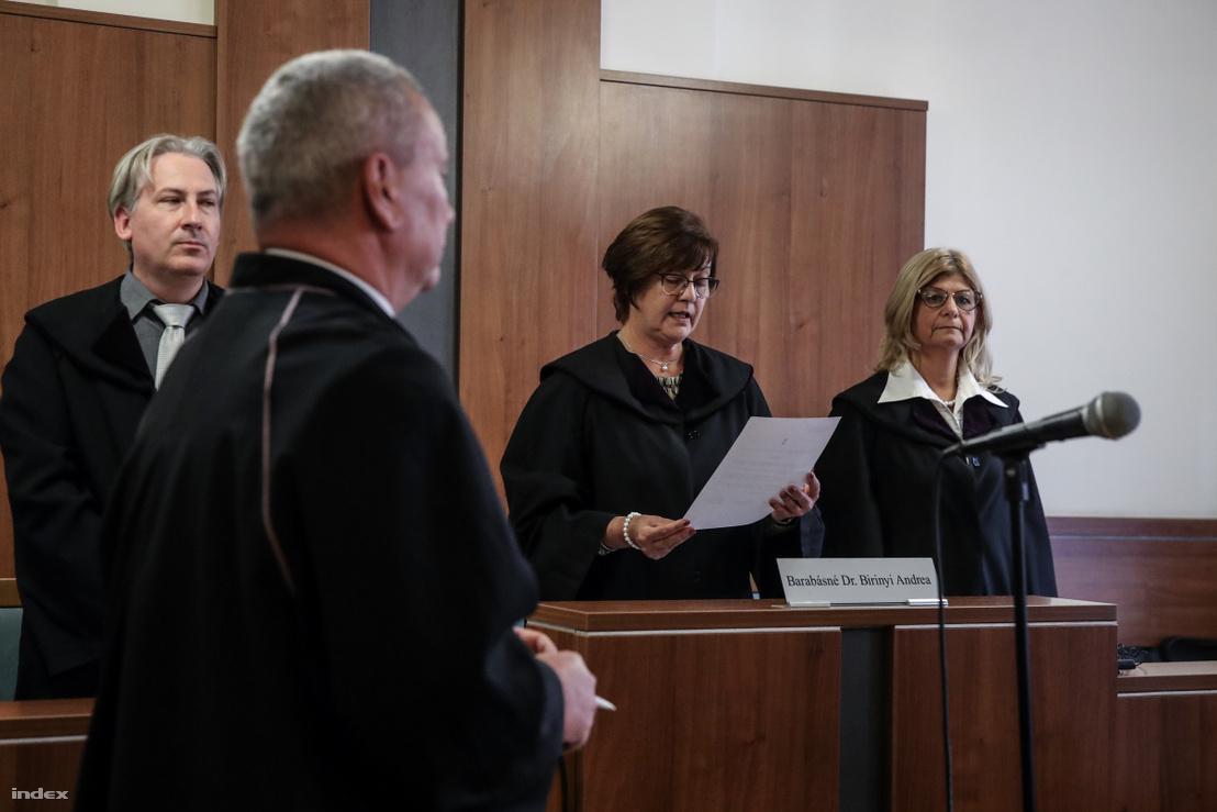 A bíró kihírdeti az ítéletet