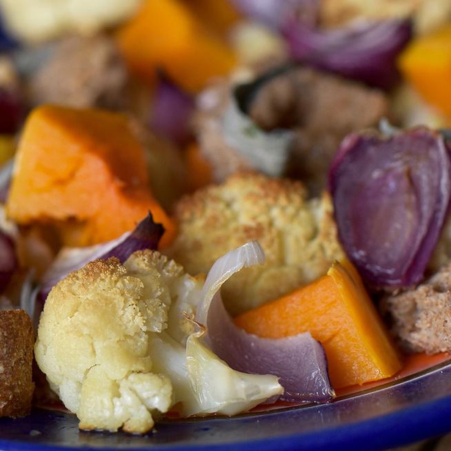 Maradék kenyér és sok sült zöldség egy salátában: laktató, vitamindús fogás
