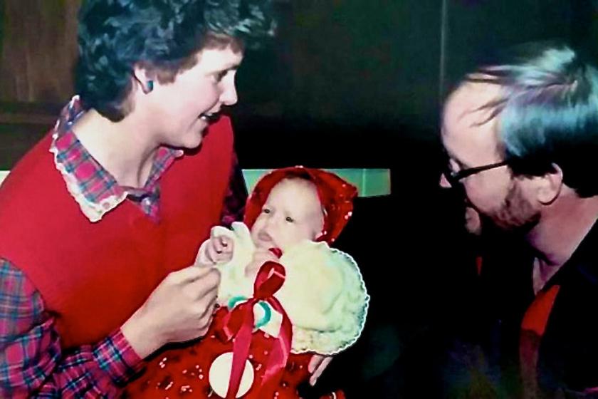 Hillaryt apja egyéves korában hagyta egy árvaházban, nem sokkal később pedig örökbe is fogadták.