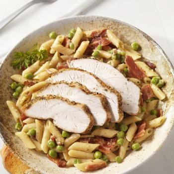 Krémes zöldborsós tészta fűszeres kéregben sült csirkemellel - 40 perces ebéd
