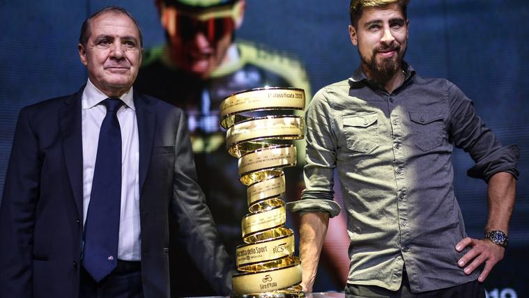 A Giro főszervezője, Mauro Vegni és Peter Sagan a körverseny trófeája mellett