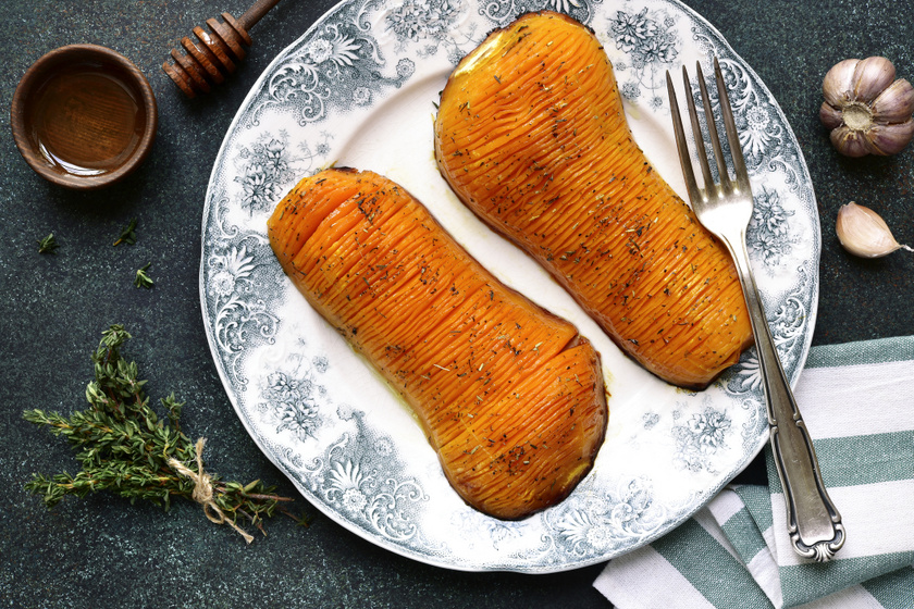 Fokhagymás, zöldfűszeres Hasselback-sütőtök: így még biztos, hogy nem próbáltad
