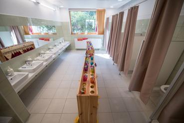 Tágasabb, kényelmesebb mosdók épültek.