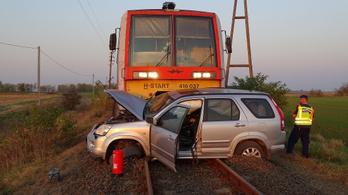 Száz méteren át tolt maga előtt egy autót egy vonat Kiskunfélegyházánál