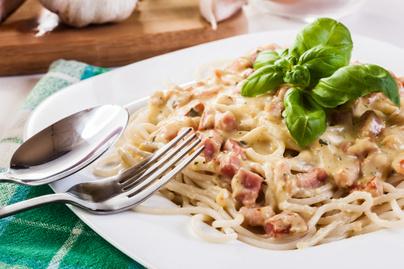 Egyszerű, egyedényes carbonara spagetti, ami után nem kell sokat mosogatni