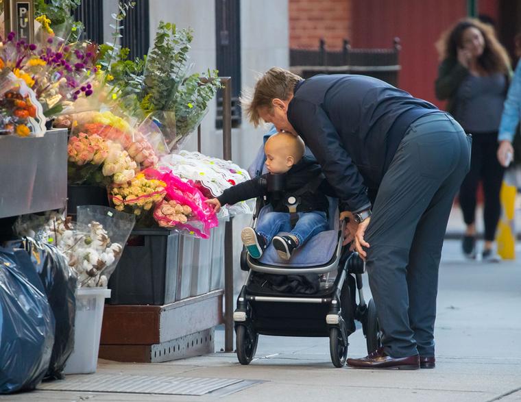 A büszke apuka engedvén legfiatalabb fia kérésének, tartott egy kisebb előadást neki a virágokról