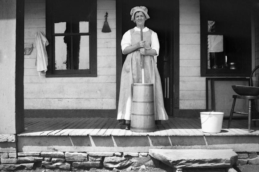 Egészen a 20. század elejéig sok háztartásban lehetett találni köpülőt is, amiben legtöbbször az asszonyok kézzel vajat köpültek. Őseink többnyire maguknak állították elő az elfogyasztani kívánt élelmiszert, mint ez az 1910-ben készült képen szereplő nő is tette. Kemény idők voltak azok.