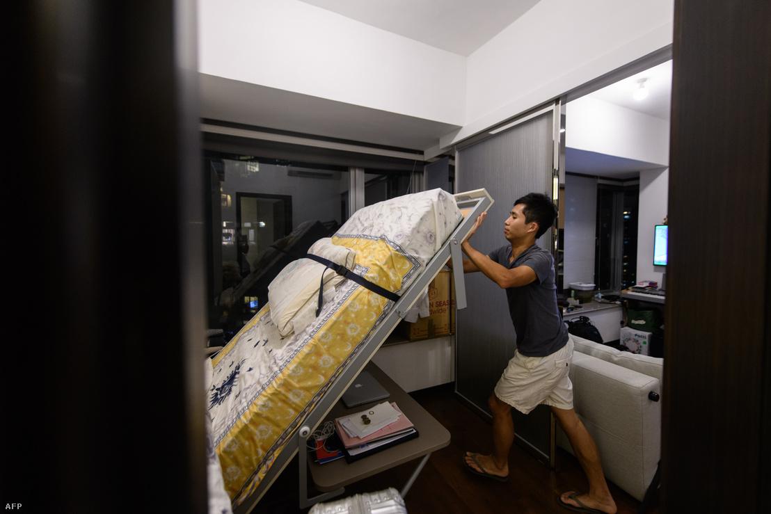 A 25 éves Adrian Low Hong Kong nyugati kerületében lévő lakásában. A pénzügyi területen dolgozó fiatal 2016-ban vásárolta az újépítésű apartmant 765000 amerikai dollárért (közel 220 millió forint).