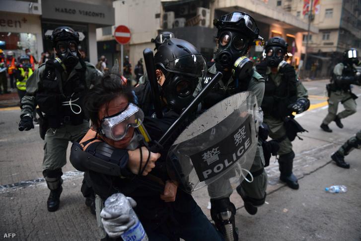Egy tüntetők tartóztanak le rendőrök Hong Kong Váncaj kerületében 2019. október 1-én