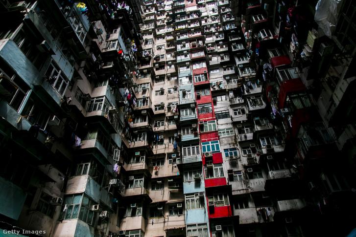 Az emblematikus Yick Cheong épületegyüttes egyike Hong Kongban 2018-ban (több mint 2000 családnak ad otthon az öt épület)