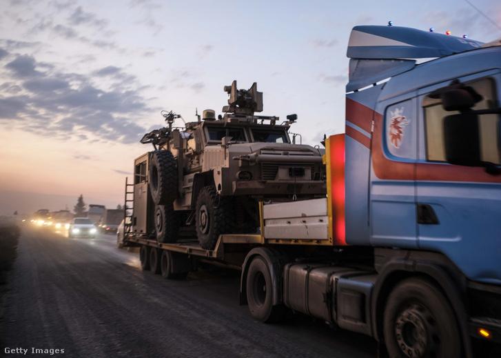 Amerikai páncélozott katonai járművek konvoja Szíriában 2019. október 19-én