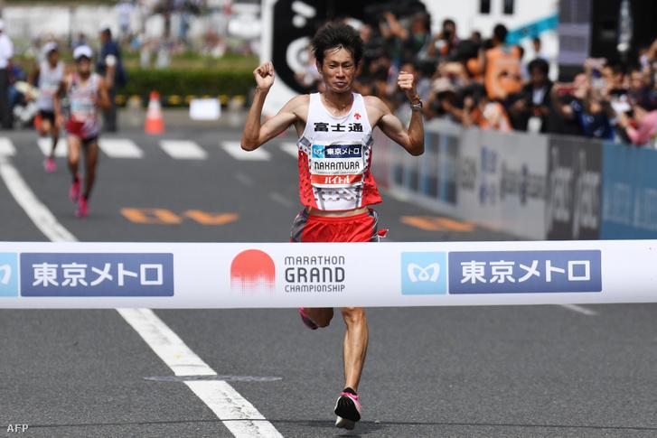 A japán Shogo Nakamura ér célba először a 2020-as tokiói olimpiai játokok maratonjának tesztjén 2019. szeptember 15-én Tokióban