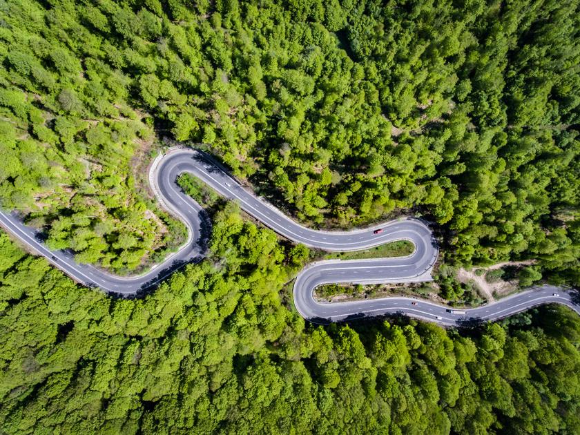 A Fogarasi-havasok erdőségein átvezető Transzfogarasi-út kedvelt téma a fotósok körében, hiszen madártávlatból csakugyan gyönyörű látvány.